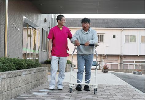 屋外でのリハビリテーション(歩行訓練)